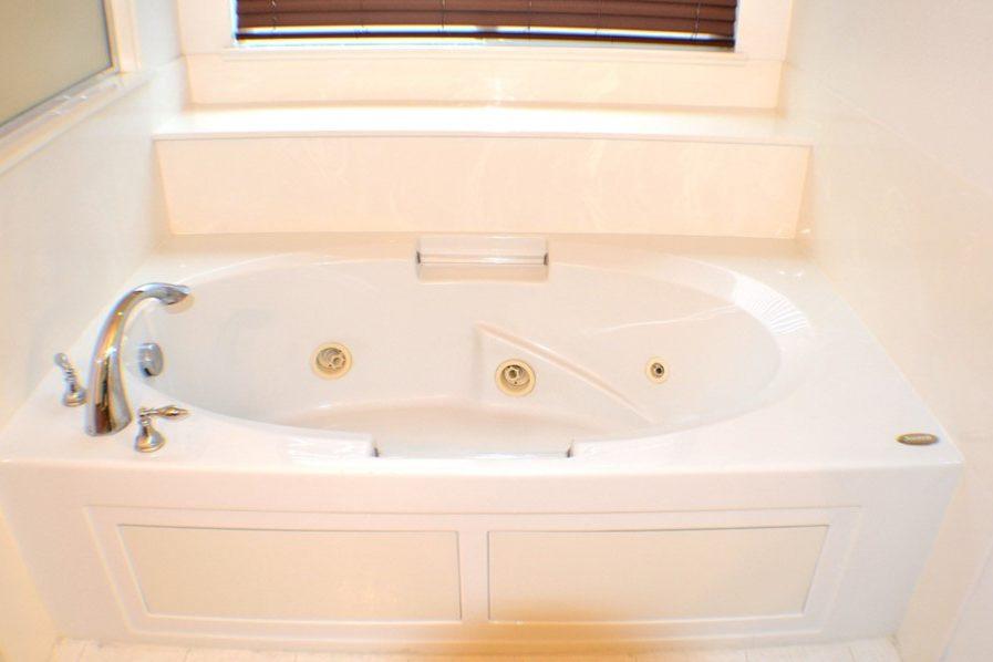 2422 Digerud Drive master bath jet tub